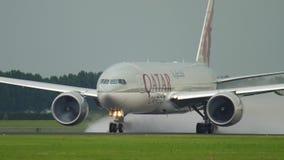 Partenza di Boeing 777 del carico del Qatar video d archivio