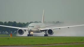Partenza di Boeing 777 del carico del Qatar archivi video
