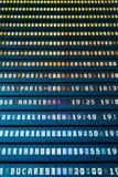 Partenza di volo e bordo di informazioni di arrivi in terminale di aeroporto fotografie stock libere da diritti