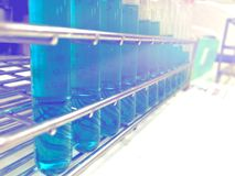 Parter nauki eksperyment z szklaną etykietką Z substancjami chemicznymi robić chemicznym reakcjom fotografia stock