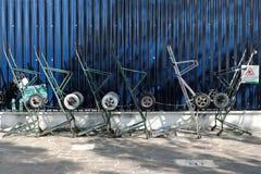 Parters的手在深蓝篱芭旁边的推车身分在威尼斯,意大利 免版税库存照片