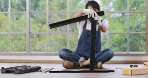 Partes asiáticas da liga do homem do carpinteiro de haste video estoque