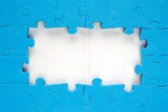 Partes azuis do enigma de serra de vaivém arranjadas como uma beira Fotos de Stock