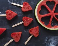 Partes bonitos do coração de melancia fresca imagens de stock royalty free