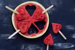 Partes bonitos do coração de melancia fresca no fundo escuro imagens de stock royalty free