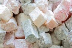 Partes coloridas do loukoum no a??car pulverizado Doces turcos tradicionais do lokum de Rahat, Turquia Feche acima da imagem foto de stock
