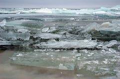 Partes congeladas do lago e do gelo Foto de Stock