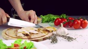 Partes cortadas de frango frito filme
