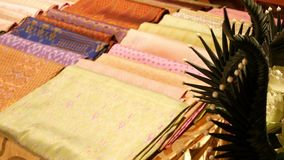 Partes da tela de seda na tenda Partes de pano de seda asiático decorativo macio colocado na tenda no mercado de rua video estoque
