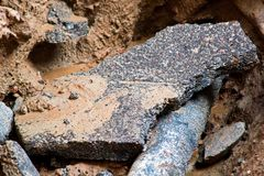 Partes de asfalto falhado no poço fotografia de stock royalty free