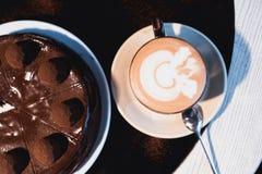 Partes de bolo Café do cacau do chocolate quente da bebida em uns copos Fundo preto Imagem de Stock Royalty Free