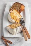 Partes de bolo de cenoura caseiro com creme branco em um prato branco Foto de Stock