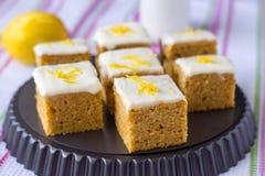 Partes de bolo de cenoura caseiro com laranja, entusiasmo de limão e gelado Foco seletivo Fotografia de Stock