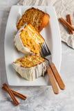 Partes de bolo de cenoura caseiro do vegetariano com creme branco em um branco Imagens de Stock Royalty Free