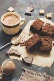 Partes de bolo de chocolate com café imagem de stock royalty free