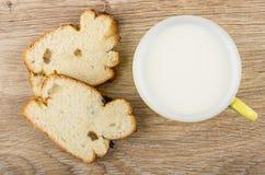 Partes de bolo com passa e copo do leite Foto de Stock Royalty Free