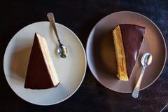 Partes de bolo do souffle na placa branca Imagem de Stock