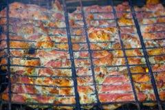 Partes de carne deliciosas e muito perfumadas no assado fotos de stock