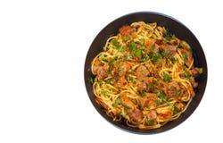 Partes de carne e de vegetais com espaguetes em uma frigideira Vista superior Isolado Fotografia de Stock Royalty Free
