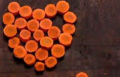 Partes de cenoura sob a forma do coração Imagens de Stock Royalty Free