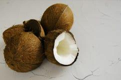Partes de coco no fundo branco, configuração lisa, vista superior imagens de stock