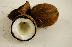 Partes de coco no fundo branco, configura??o lisa, vista superior imagem de stock
