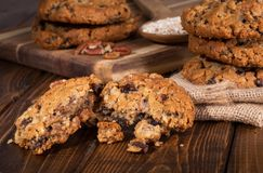 Partes de cookies de farinha de aveia da noz-pecã da passa Imagens de Stock Royalty Free