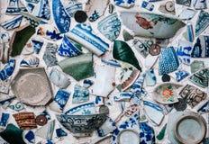 Partes de copos, de bacias e de pratos azuis chineses quebrados da porcelana Fotografia de Stock
