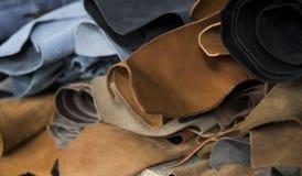 Partes de couro diferentes no rolos As partes dos couros coloridos Rolls do couro vermelho marrom natural cru fotografia de stock royalty free