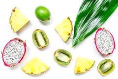 Partes de frutos exóticos Dragonfruit, abacaxi e quivi na opinião superior do fundo branco Fotografia de Stock Royalty Free