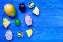 Partes de frutos tailandeses Dragonfruit, mangustão, manga, quivi e cal no copyspace de madeira azul da opinião superior do fundo Fotografia de Stock