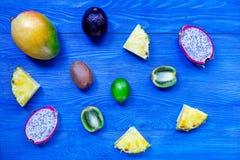 Partes de frutos tailandeses Dragonfruit, mangustão, manga, quivi e cal no copyspace de madeira azul da opinião superior do fundo Imagens de Stock Royalty Free