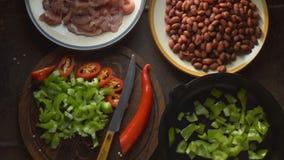 Partes de galinha, de feijões e de pimentas no close-up da tabela vídeo vídeos de arquivo