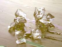 Partes de gelo de derretimento na tabela Imagens de Stock