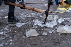 Partes de gelo e de machado de gelo na terra imagem de stock