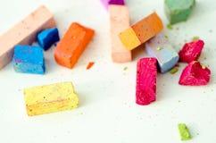 Partes de giz brilhantes no fundo branco Imagem de Stock