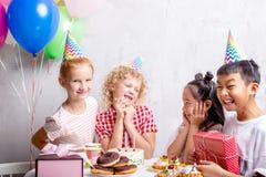 Partes de la muchacha del feliz cumpleaños con su felicidad con los amigos cercanos foto de archivo libre de regalías