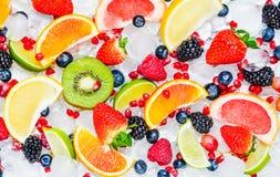 Partes de la opinión superior de las frutas frescas en blanco foto de archivo libre de regalías
