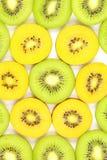 Partes de la textura verde y amarilla fresca del fondo de la comida de los kiwis fotos de archivo