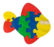 Partes de madeira coloridas do enigma na forma dos peixes Imagens de Stock Royalty Free