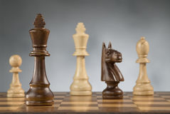 Partes de madeira do jogo de xadrez fotografia de stock royalty free