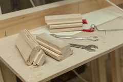 Partes de madeira na tabela fotografia de stock