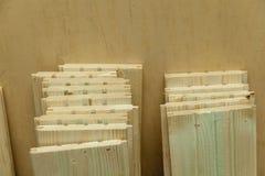 Partes de madeira na tabela fotos de stock