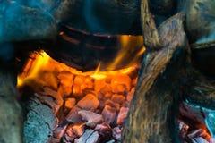 Partes de madeira que queimam-se dentro de um fogão indiano tradicional imagem de stock