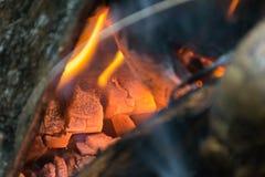 Partes de madeira que queimam-se dentro de um fogão indiano tradicional foto de stock
