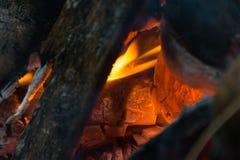 Partes de madeira que queimam-se dentro de um fogão indiano tradicional imagens de stock