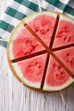 Partes de melancia madura em um close-up da vara Vista superior vertical Fotos de Stock