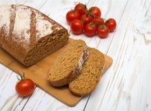 Partes de pão caseiro com tomates Fotos de Stock Royalty Free