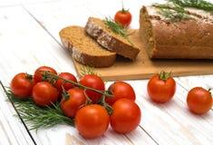 Partes de pão caseiro com tomates e aneto Fotografia de Stock