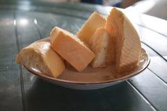 Partes de pão em uma placa Fotos de Stock Royalty Free